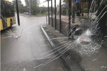 У Києві розгромили нові маршрутки з людьми: усі автобуси №150 припинили роботу (ФОТО, ВІДЕО)