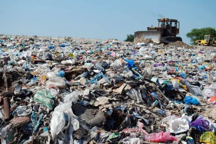 """Під Києвом екологічне лихо. Легальне сміттєзвалище """"розрослось"""" до масштабів катастрофи (ВІДЕО)"""