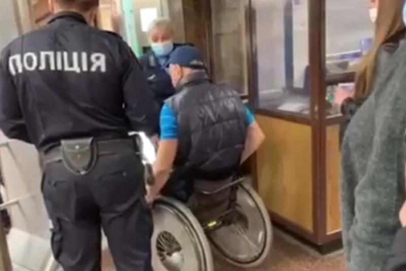 Їхав на матч: чоловіка в інвалідному візку не пустили в київське метро (ВІДЕО)