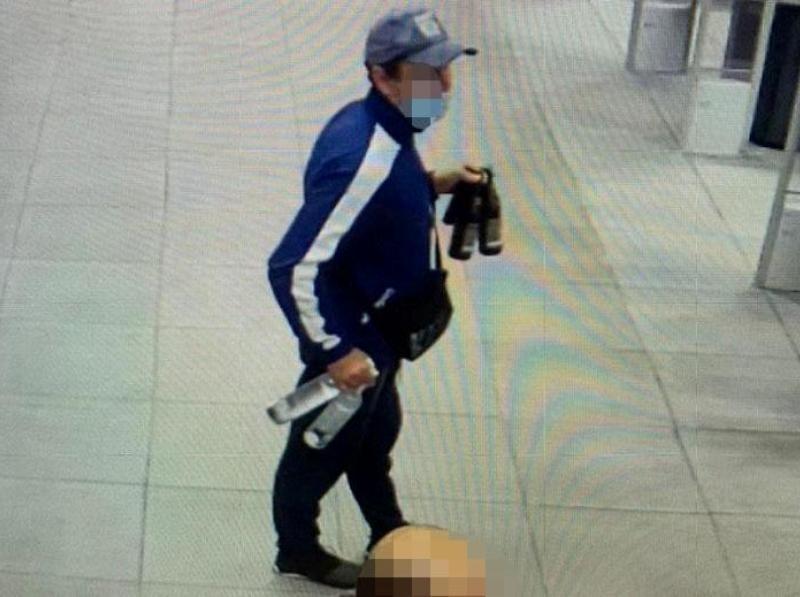 Розрахувався краденою карткою та взув крадені кросівки: на Оболоні піймали злодюжку (ФОТО)