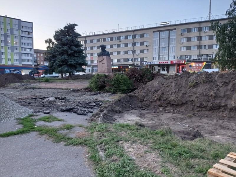 30 років незалежності, а у головах ще радянське минуле. На Київщині при ремонті площі залишають пам'ятник російському революціонеру