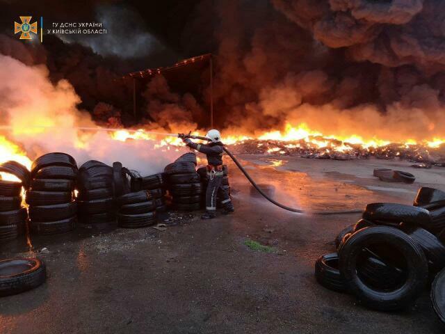 Горіла шина, палала. На Київщині загорівся склад побутових відходів
