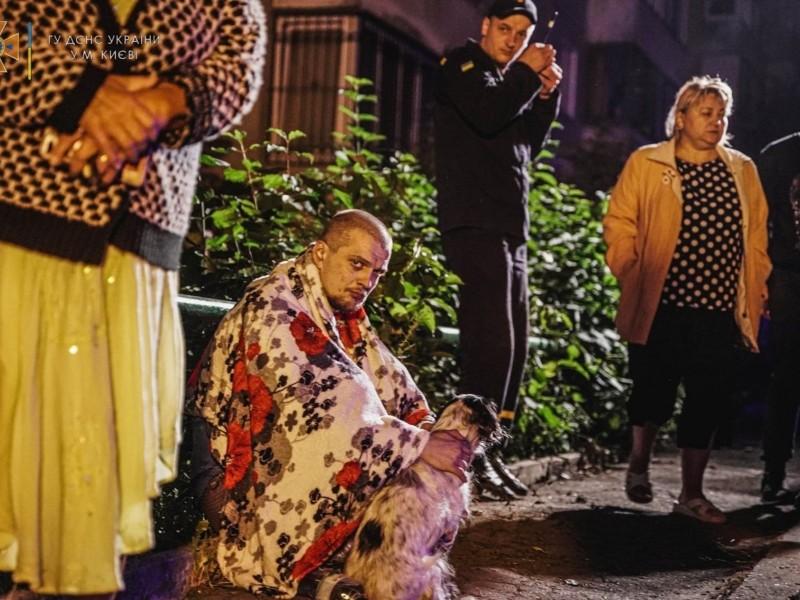 На Щусєва мешканці багатоповерхівки провели ніч на вулиці. Під час пожежі загинула жінка (ФОТО)