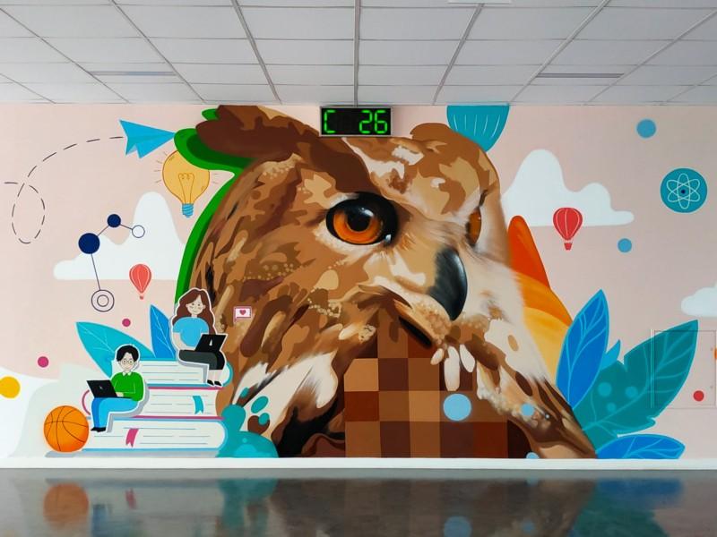 Майстер муралів розписав стіну в одній зі столичних шкіл: щоб вчилися мудрості (ФОТО)