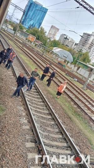У Києві жінка загинула під колесами електрички (ФОТО)