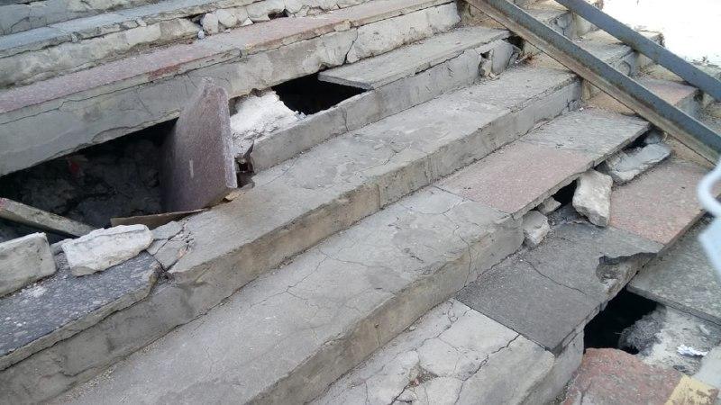 """Вночі можна провалитися просто в """"пекло"""": підземний перехід на Солом'янці розвалюється на очах"""