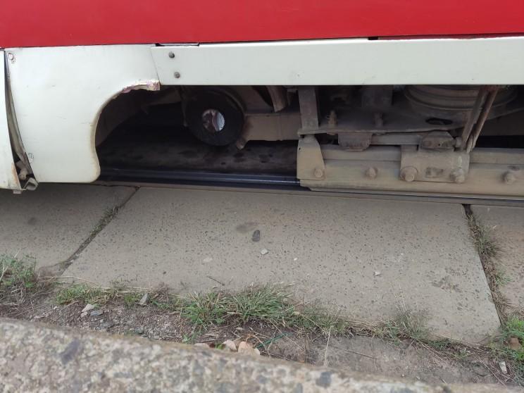 На Троєщині у трамвая під час руху відпало колесо (ФОТО)