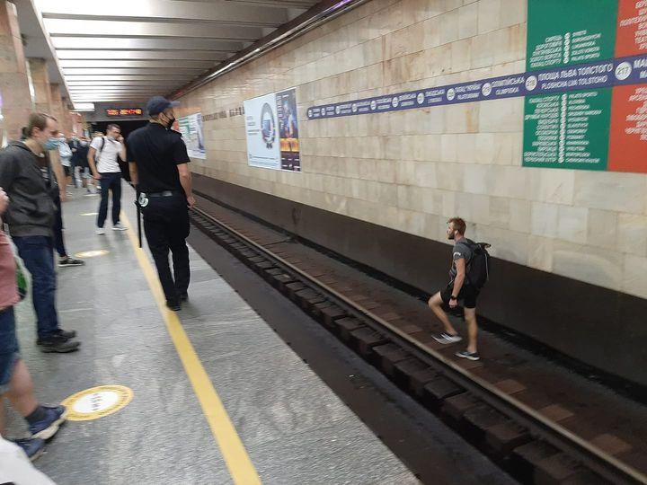 Пішов тунелем у бік центру: в метро через хулігана зупиняли потяги (ФОТО, ВІДЕО)