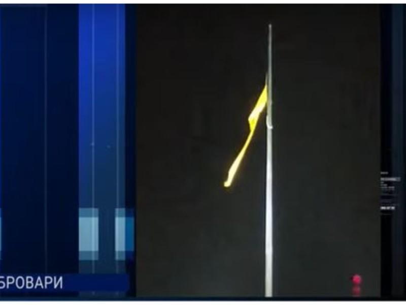 У Броварах прапор на нещодавно встановленому флагштоці, розірвало навпіл