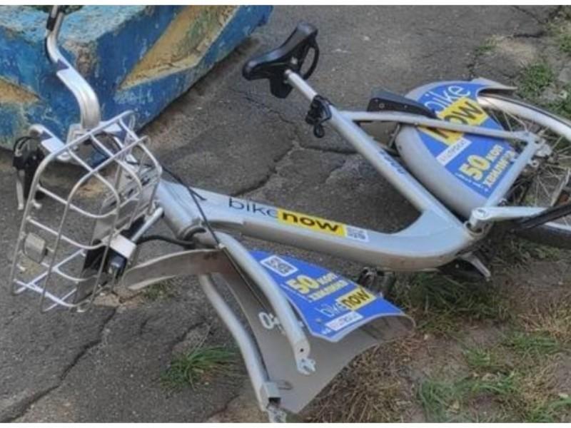 Вандали на Дарниці відірвали колесо у прокатного велосипеда