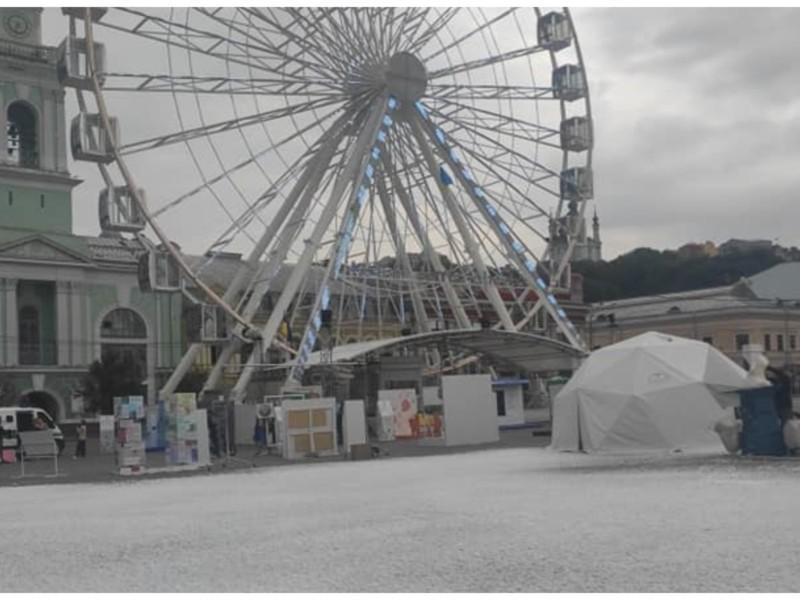 Незвичне поруч: на Подолі випав сніг (ФОТО)