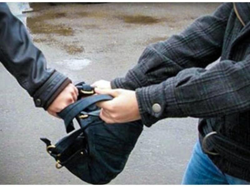 Грабіж як в кіно: на проспекті Перемоги велосипедист вирвав сумку у перехожої