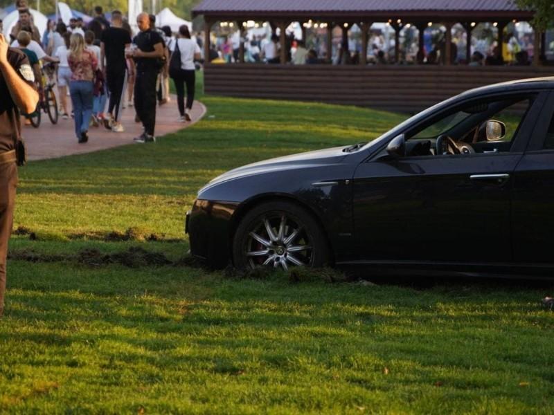 В урбан-парку водій Alfa Romeo загруз у нещодавно застеленому газоні (ФОТО)
