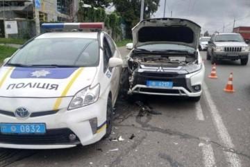 Дві поліцейських автівки потрапили в ДТП на смузі громадського транспорту в Києві (ВІДЕО)