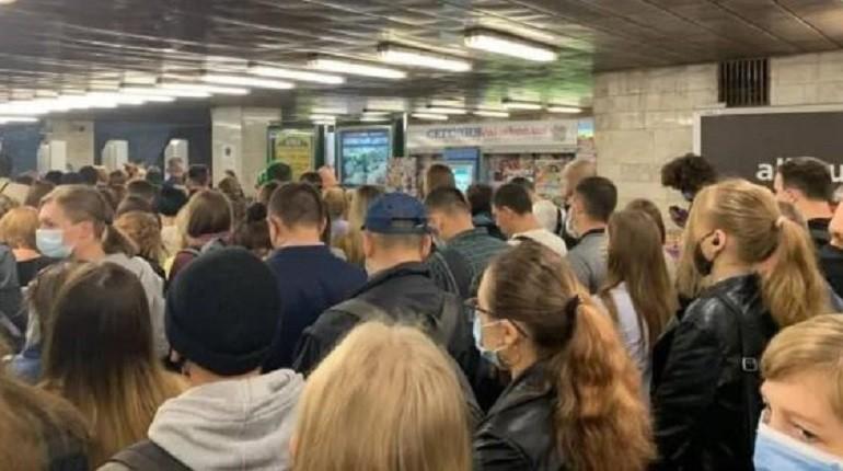 """Треба трошки почекати. На """"Позняках"""" в метро – страшні черги"""