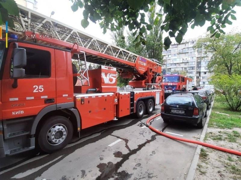 На Оболоні спалахнула квартира, з вогню врятували чоловіка