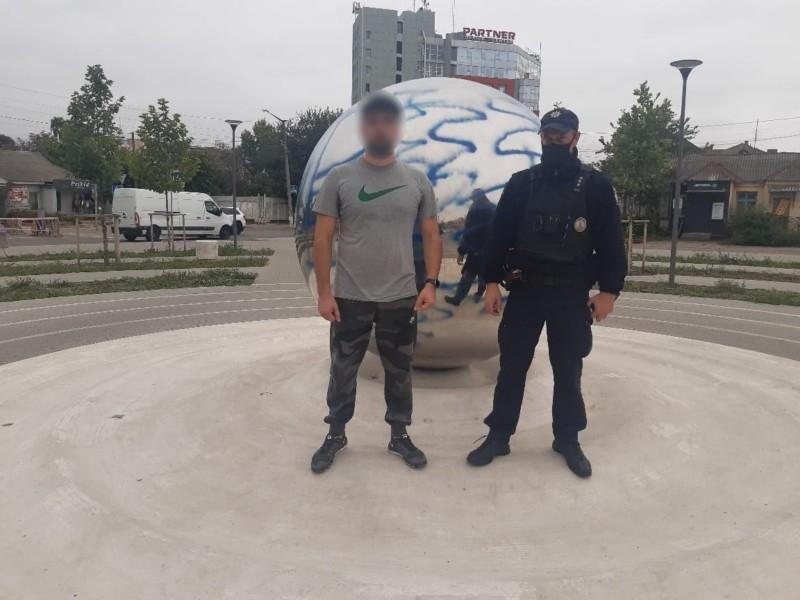 Розмалював та втік: поліцейські Білої Церкви встановлюють обставини пошкодження пам'ятника