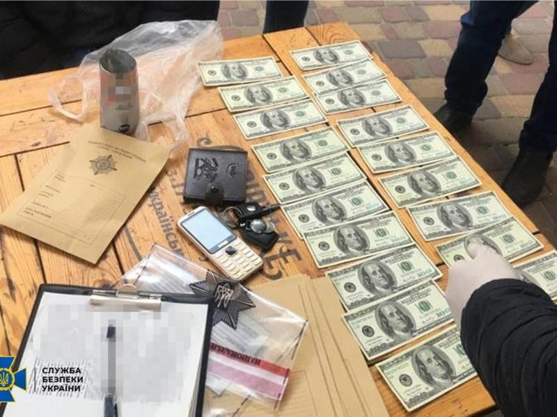 У Києві затримали ділків, які вкинули в ринок сотні тисяч фальшивих доларів преміум-якості