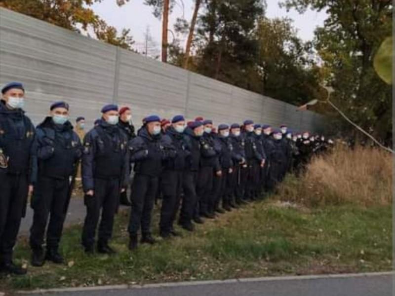 Забарикадувався на дачі. Будинок Зеленського від протестувальників охороняє поліція і нацгвардія