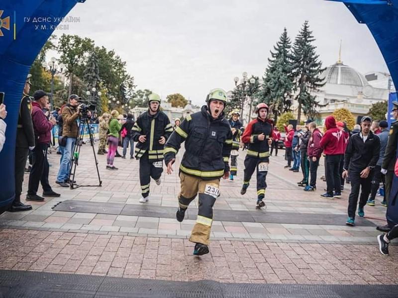 В центрі Києва пройшов забіг рятувальників – 5 емоційних фото