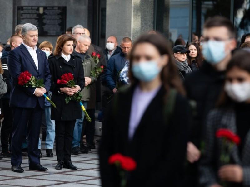 """""""Завдяки їм народ є і буде"""". Порошенко вшанував пам'ять загиблих за Україну захисників (ВІДЕО, ФОТО)"""
