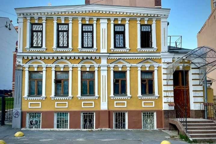 Комунальники знесли паркан забудовника навколо історичного будинку на Тургенєвській (фото)