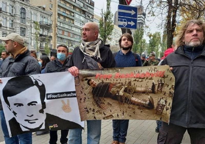 І байдуже, що посольство зачинене. Прихильники Саакашвілі у Києві вийшли мітингувати