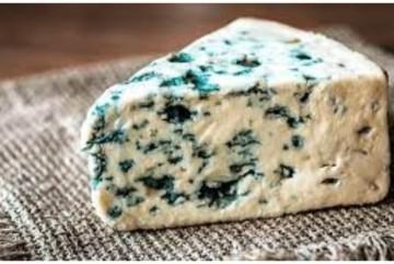 """В супермаркеті фасований сир з пліснявою продавали з """"цікавими"""" етикетками (ВІДЕО)"""