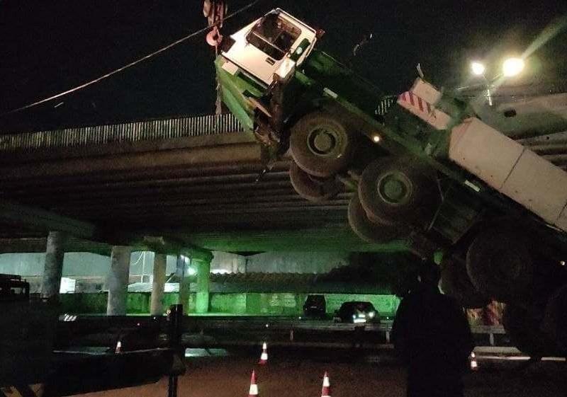 На Видубичах автокран став дибки та завалився на міст (ФОТО)