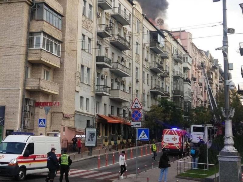 Рух вулицею Костьольною перекрито – 39 рятувальників гасять пожежу (ФОТО)