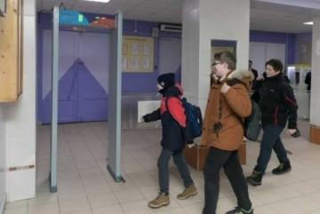 У школах Києва встановлять металодетектори