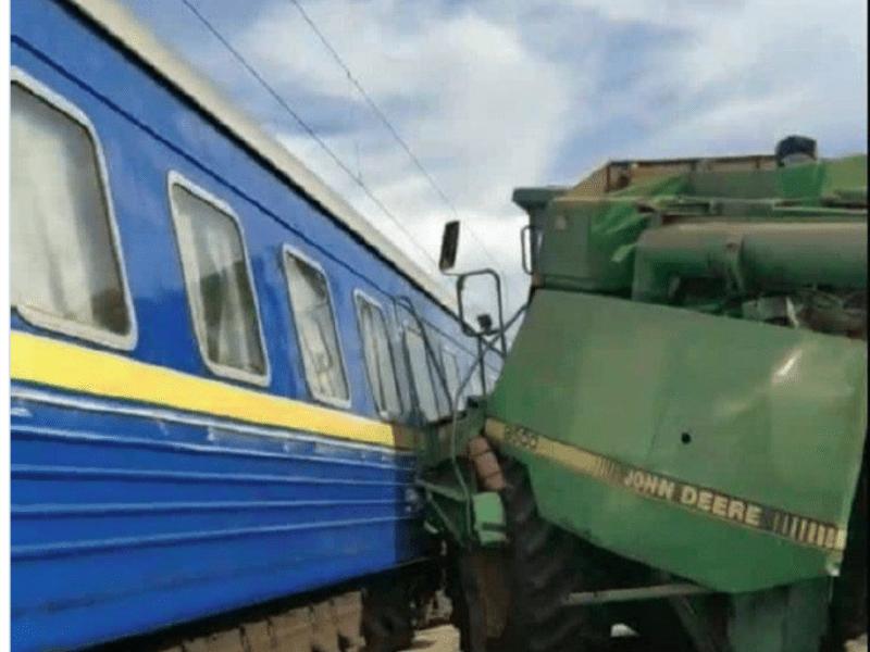 На Київщині комбайн в'їхав у пасажирський поїзд (ФОТО)