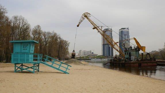 К началу нового сезона на трех столичных пляжах подсыпан чистый речной песок