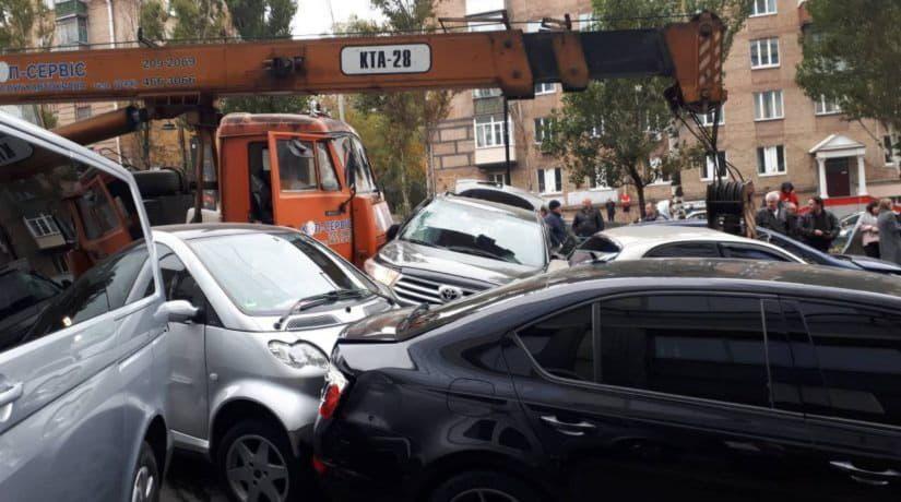 На бульваре Леси Украинки кран протаранил больше 10 машин