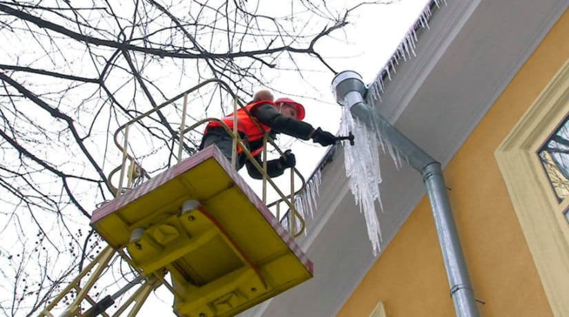 В Киеве более ста специалистов очищают крыши от снега и льда
