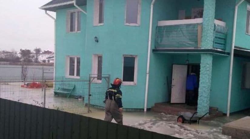 В Киевской области спасатели эвакуировали людей из затопленного и замерзшего дома