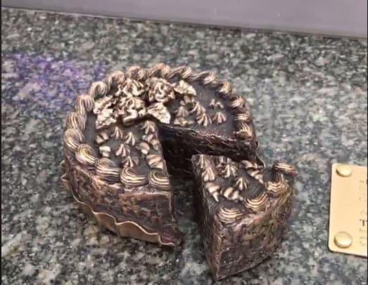На Крещатике появилась мини-скульптура в виде киевского торта