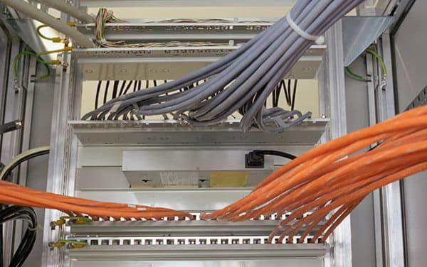 Самовольно размещенные телекоммуникационные сети в коммунальных помещениях планируют демонтировать