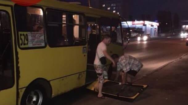 На Харьковском шоссе в маршрутке на ходу отвалилась дверь