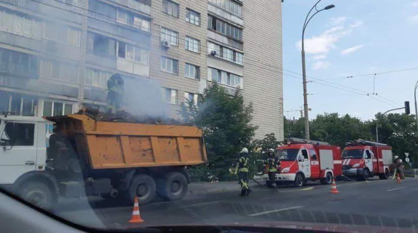 В Шевченковском районе в кузове грузового автомобиля загорелись дрова