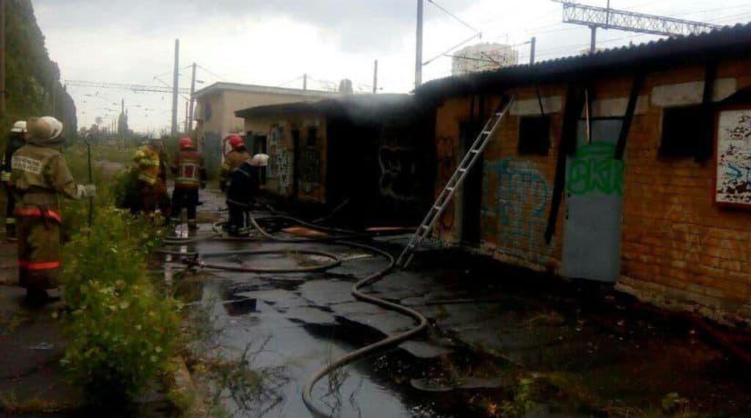 Возле станции городской электрички Киев-Днепровский произошел пожар