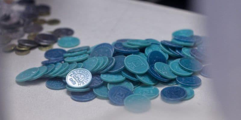 В сервисный центр метрополитена мужчина принес на обмен более двух тысяч жетонов