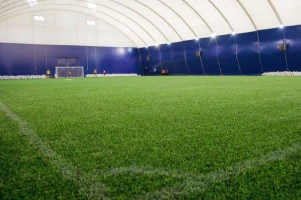В детско-юношеской спортивной школе № 15 обустроят крытое футбольное поле с искусственным газоном