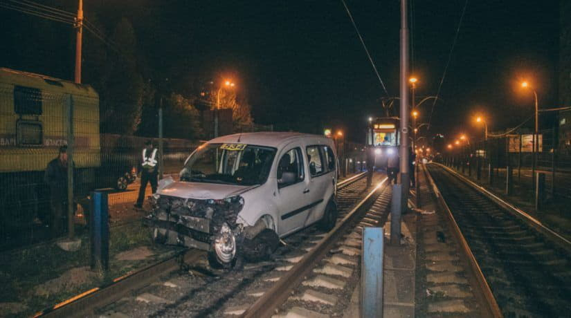 В Киеве такси врезалось в маршрутку и вылетело на трамвайные пути