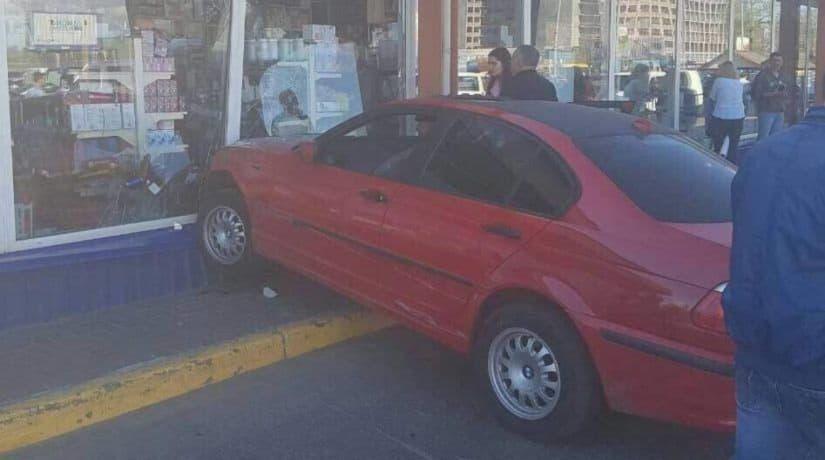 На улице Братиславской автомобиль въехал в витрину магазина